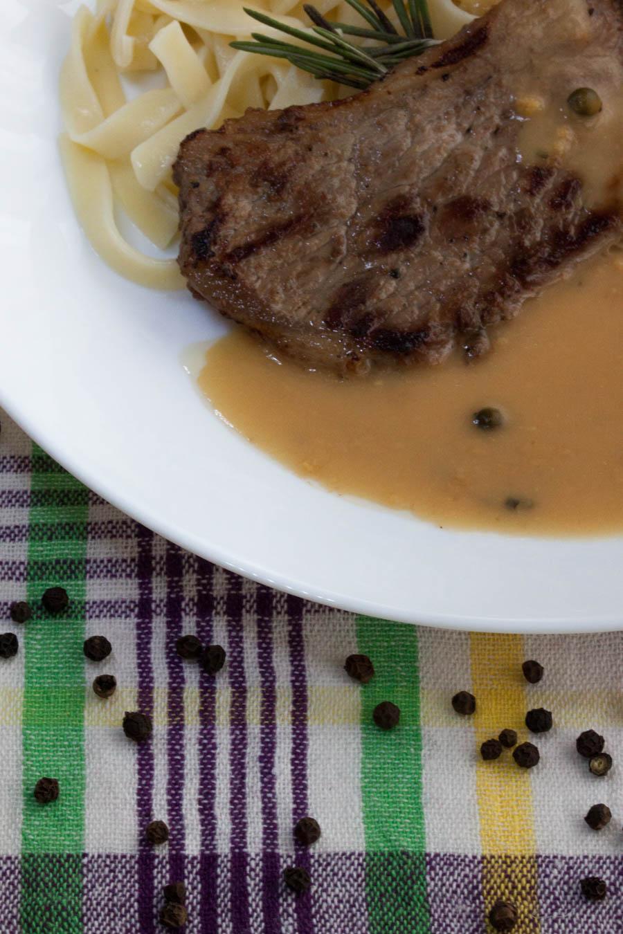 Рецепта за мариновани телешки стекове с ароматен пепър сос и талиатели.